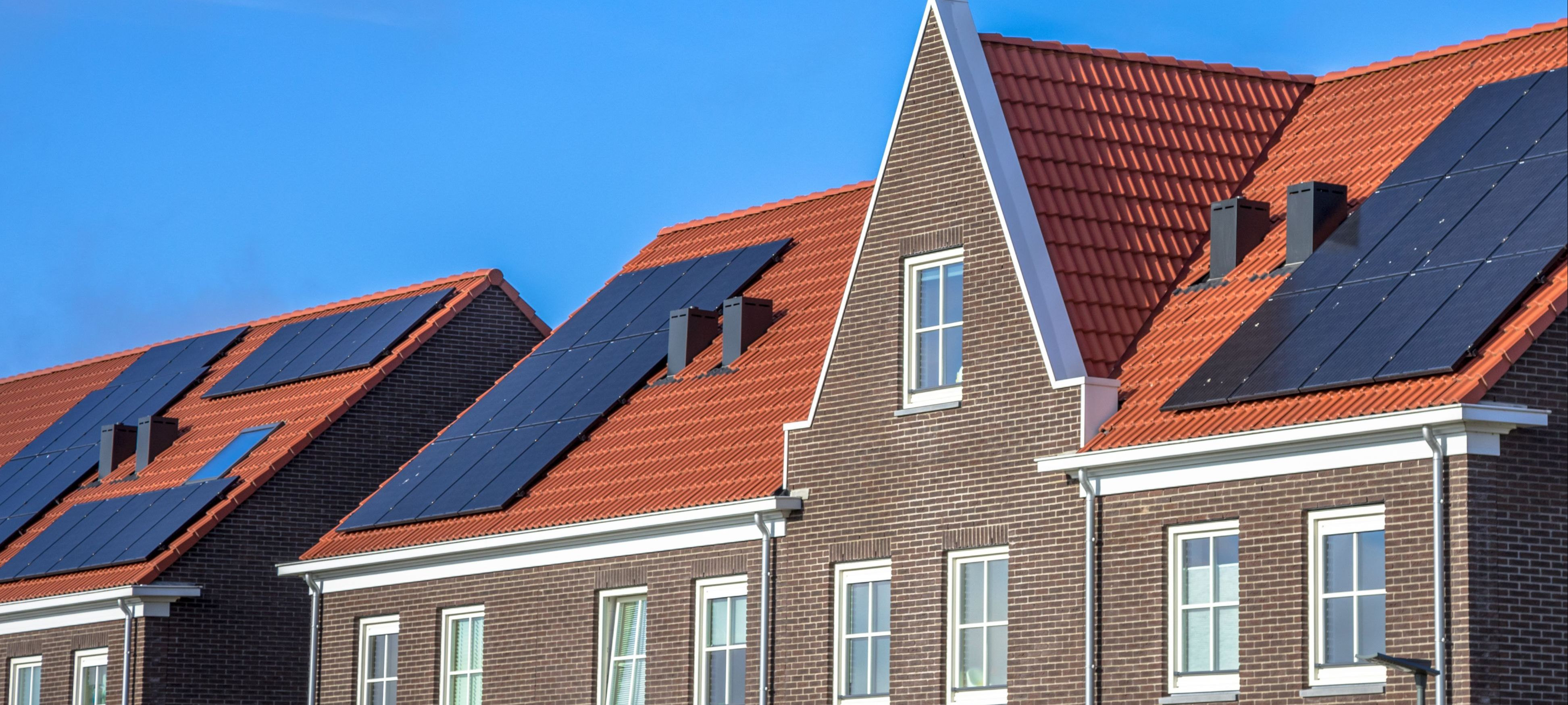 close-up-of-modern-row-houses-with-solar-panels-P72ZCRD.jpg
